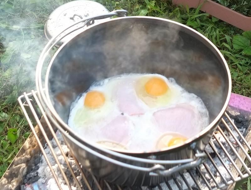 ダッチオーブンでハムエッグ