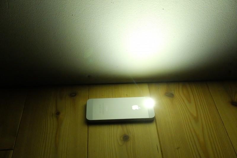 iPhone5sのLEDライトは寒色