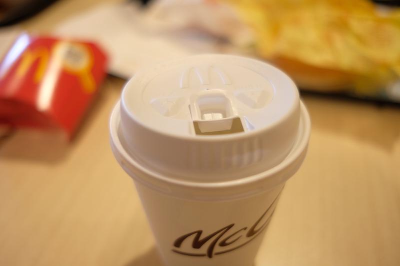 マクドナルド『プレミアムローストコーヒー』|フタ。正式名称はトラベラーズリッド