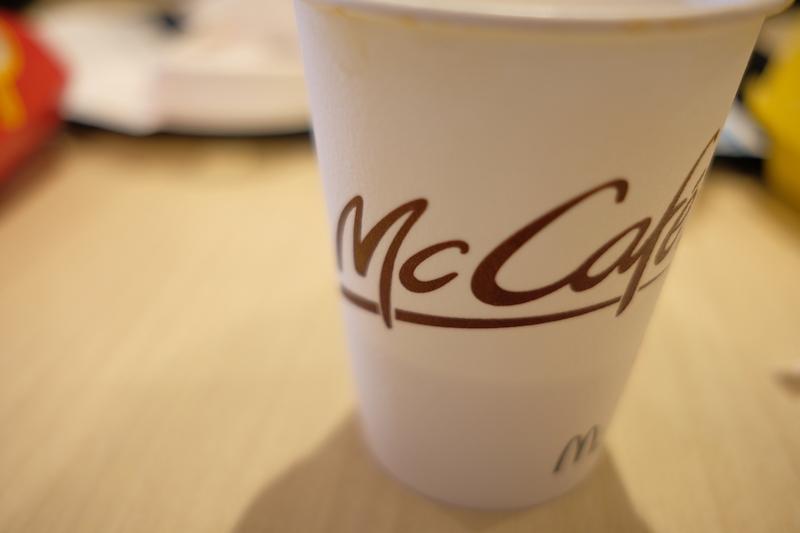 マクドナルド『プレミアムローストコーヒー』|白ベースにMcCafeのロゴ