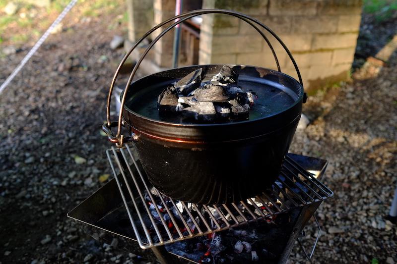 ダッチオーブンでパンを焼く|上火としての木炭
