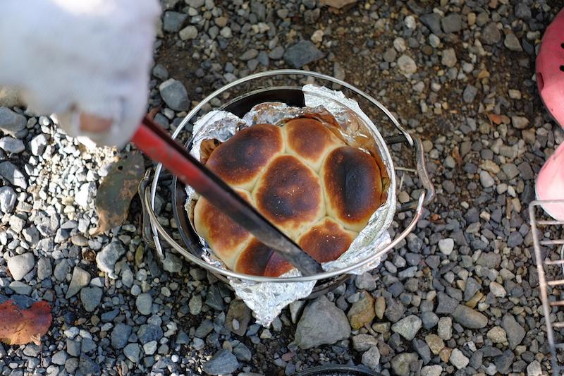 ダッチオーブンで焼いたパン|焦げたパン