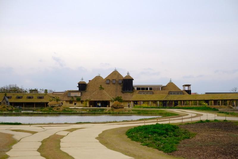 ラコリーナ近江八幡|メインショップ(中央)とカステラショップ(左)