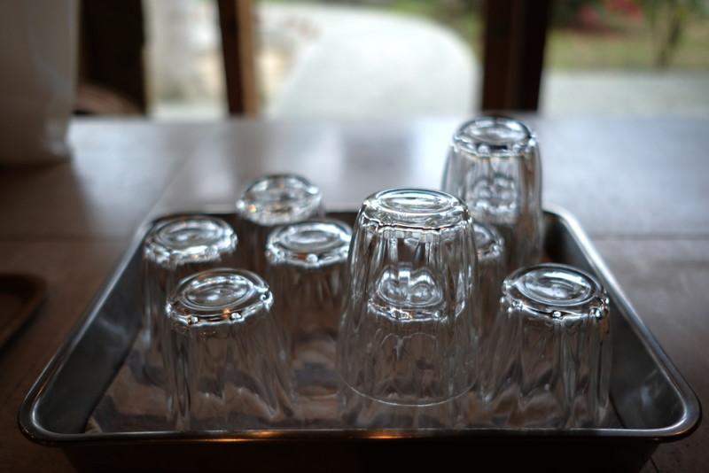 モリクニベーカリー|イートインスペースのグラス