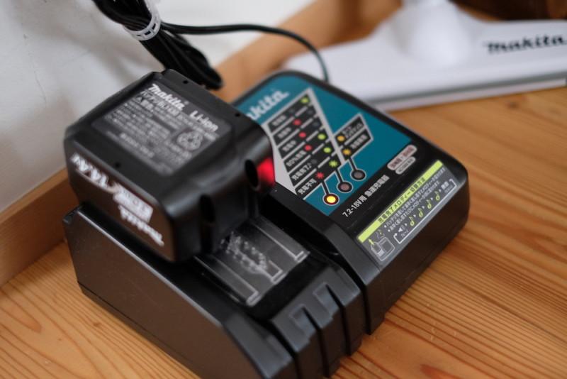 マキタ充電式クリーナーCL142FDZW|充電器とバッテリー