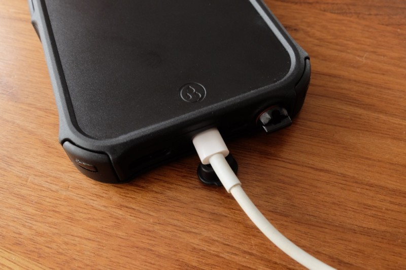 iPhone5s/SE用耐衝撃・防水・防塵ケース(ZVE)|充電ケーブルを挿す