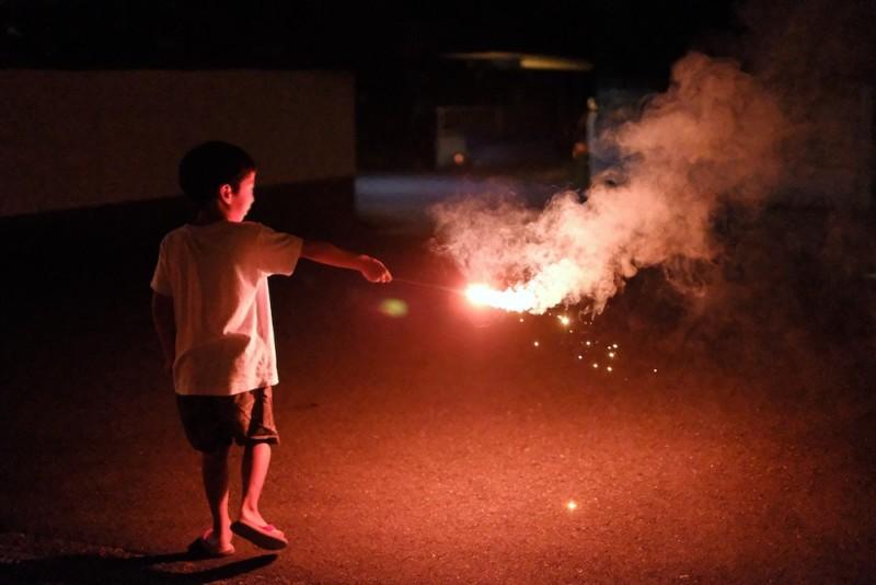 花火を持って動き回る子供