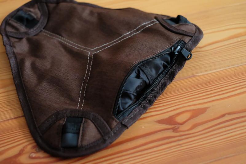 ミニトライポッドチェア(クオルツ)|座面に収納袋を収納
