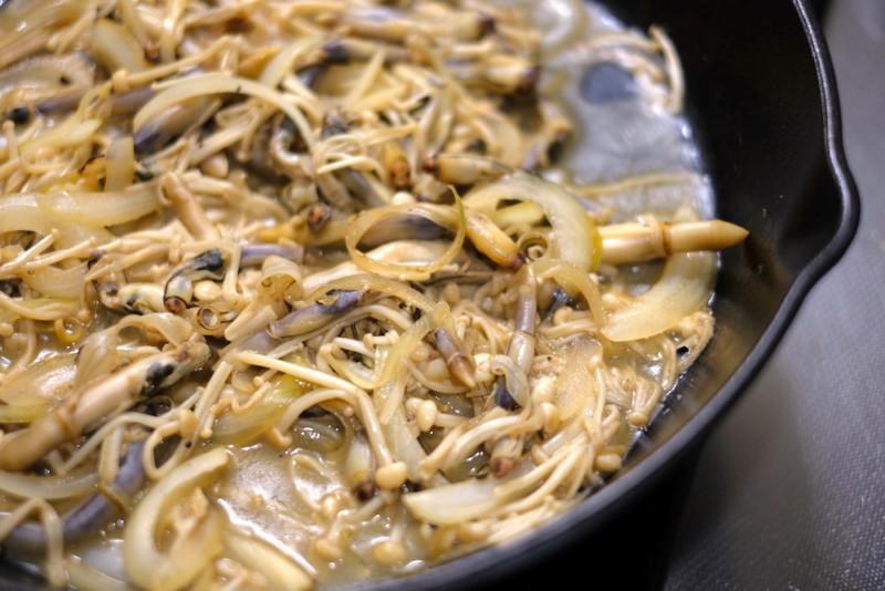 マテ貝のパスタ|玉ねぎときのこと炒める