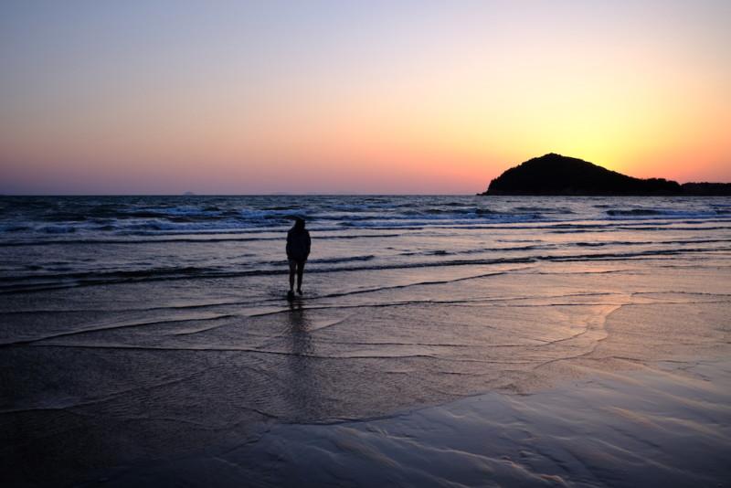 父母ヶ浜|海に引き寄せられる子供