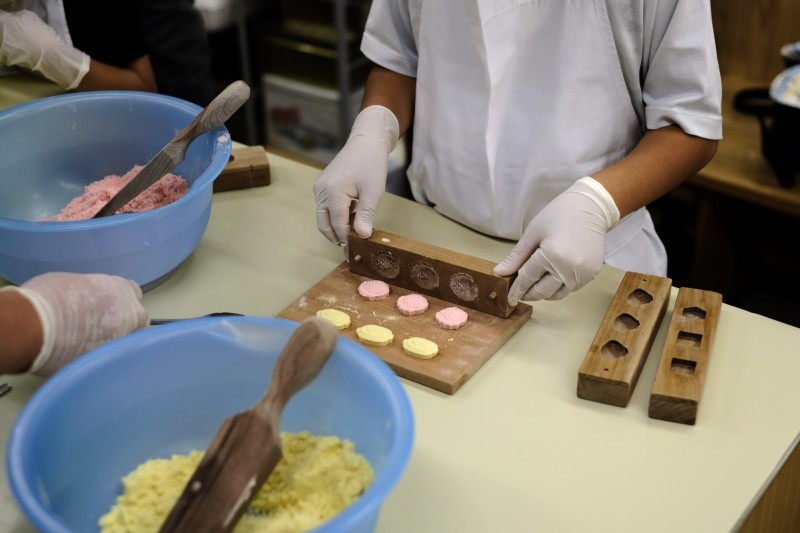 和三盆の干菓子作り体験(にしきや)|干菓子の取り出し