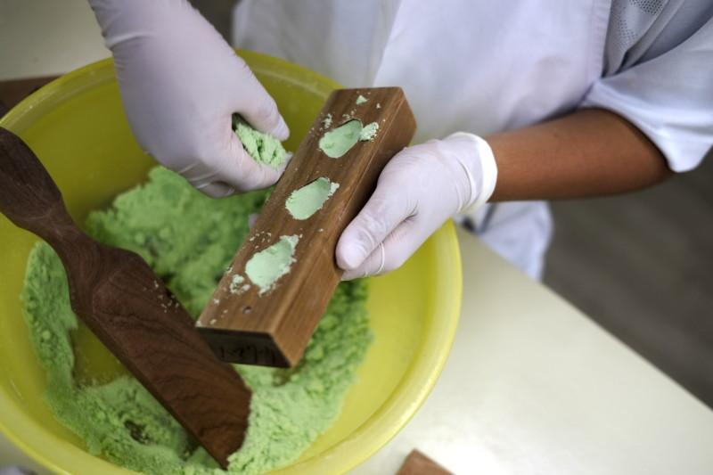 和三盆の干菓子作り体験(にしきや)|へこめば詰め方が甘い証拠