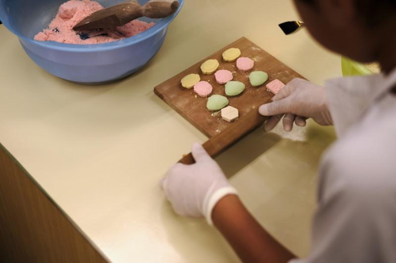 和三盆の干菓子作り体験(にしきや)|手慣れてくると、テンポよく進む