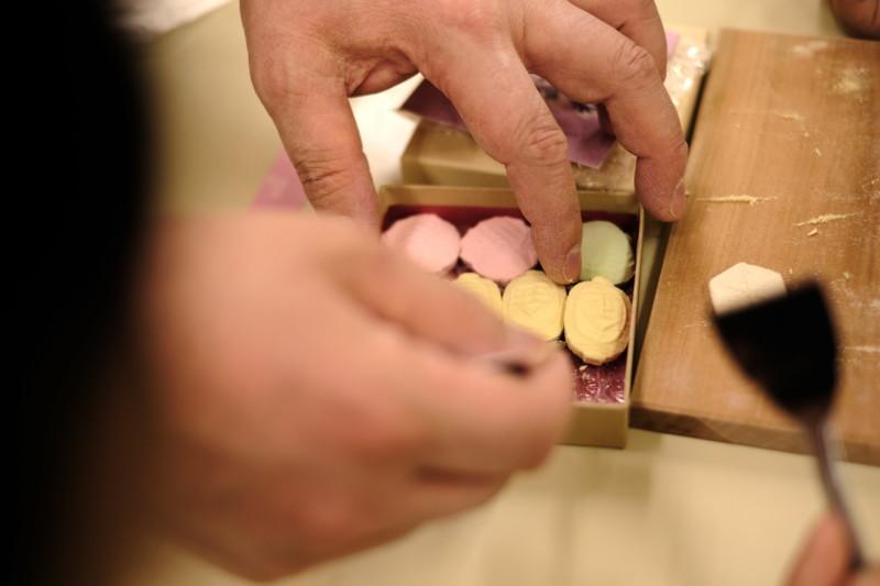 和三盆の干菓子作り体験(にしきや)|箱詰め作業に一苦労