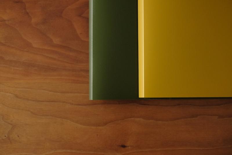 アースカラーのA4ポケットファイル(セリア)|カーキとオリーブグリーン