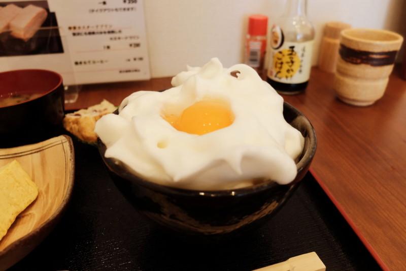 たまごや比良の郷(滋賀)|卵かけご飯。白身はメレンゲ状に。
