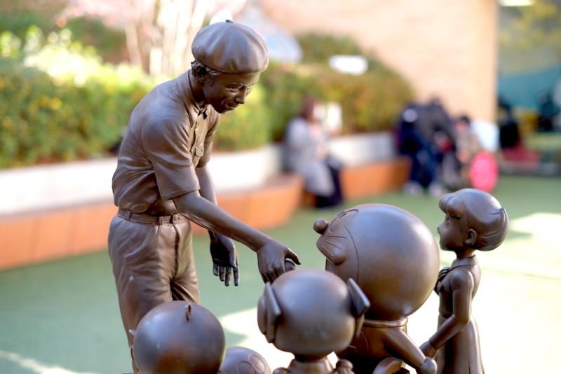 川崎市 藤子・F・不二雄ミュージアム|藤子・F・不二雄先生とキャラクターの銅像