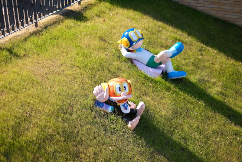 川崎市 藤子・F・不二雄ミュージアム|芝生で寝転ぶパーマン1号とブービー