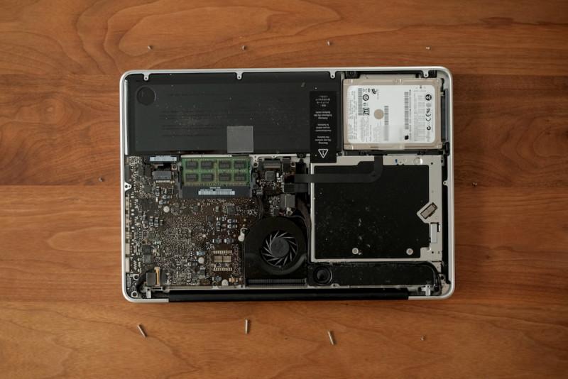 MacBookPro用交換バッテリー(WorldPlus)|裏面のカバーを外したところ