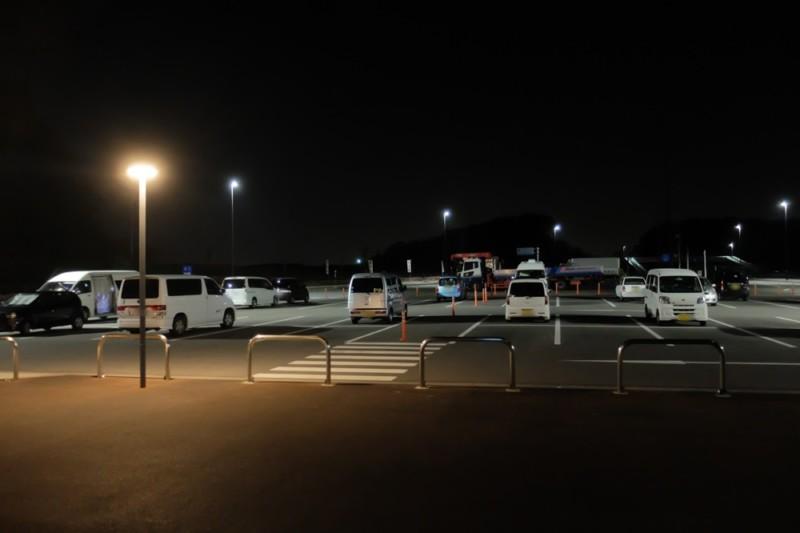 道の駅津かわげ|夜間の駐車場全景。建物側から見た様子。