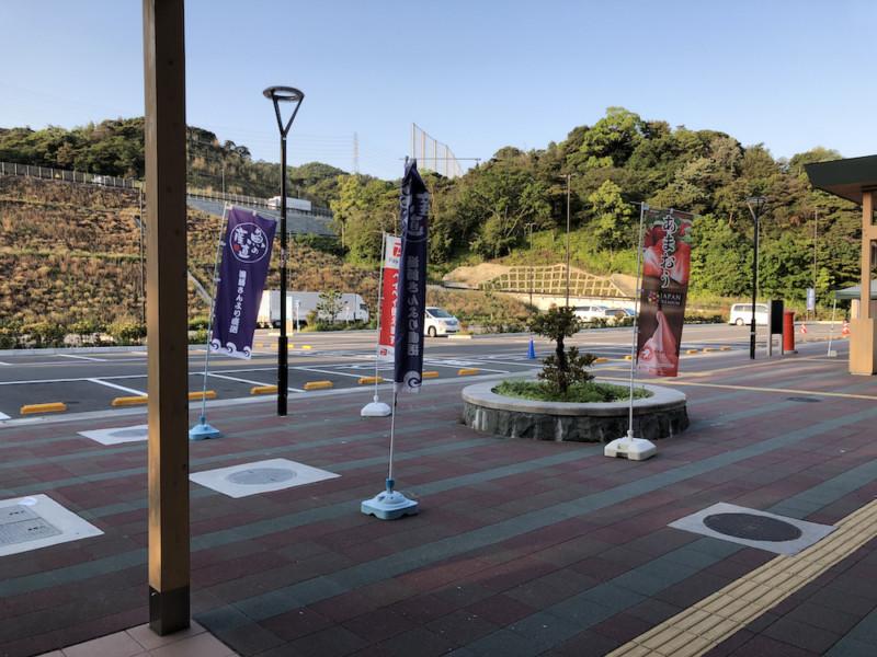 道の駅「みさき夢灯台」|建物側から見た駐車場