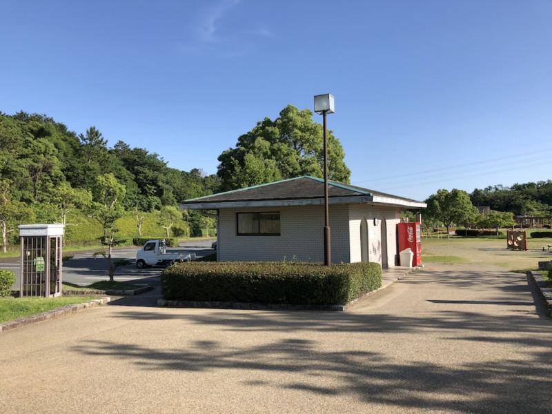 大仏山公園(三重・明和町)|電話ボックスとトイレと遊具