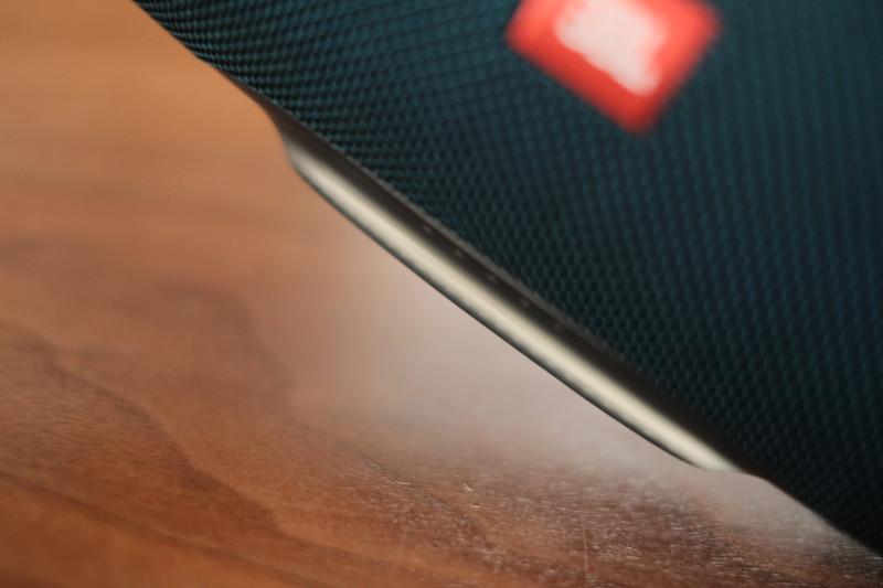 JBL Charge 4|透け感のあるシリコン素材