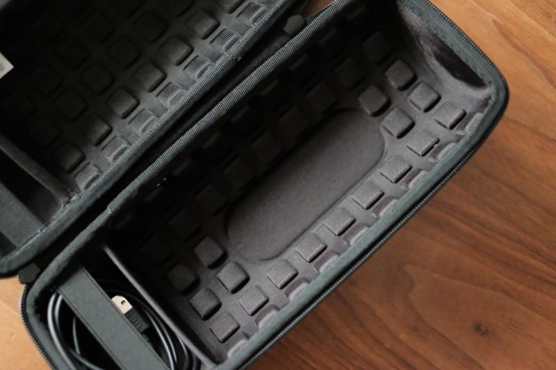 JBL Charge4用キャリングケース(Aenllosi)|底面にフィットする凹部