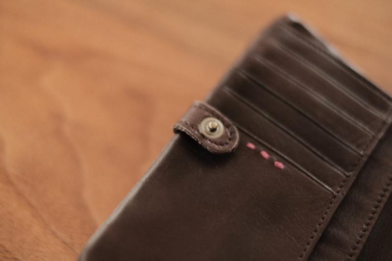 ソフトレザー二つ折り財布(CAMPER)|留め具