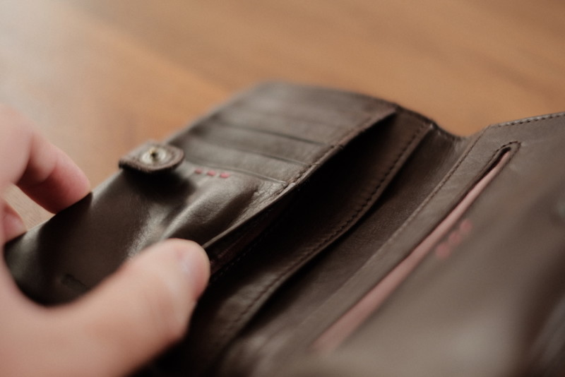 ソフトレザー二つ折り財布(CAMPER)|収納ポケット