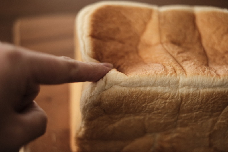「Bakery 暦(滋賀・信楽)」の食パン|指で押すと凹む