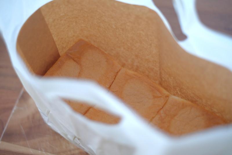 食パンの店「フリブール」(奈良)|紙袋に包まれて