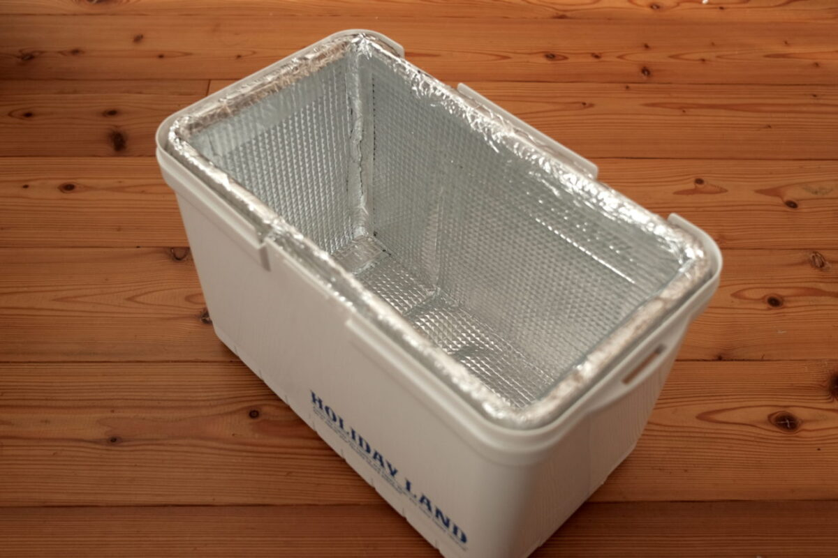 ホリデーランドクーラー7H(伸和)|アルミシートで覆った断熱材を組み付ける