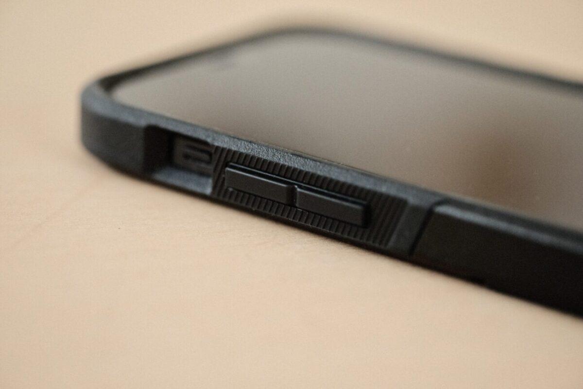 iPhone12用ケース「Commuter(OtterBox)」 ボタン周り