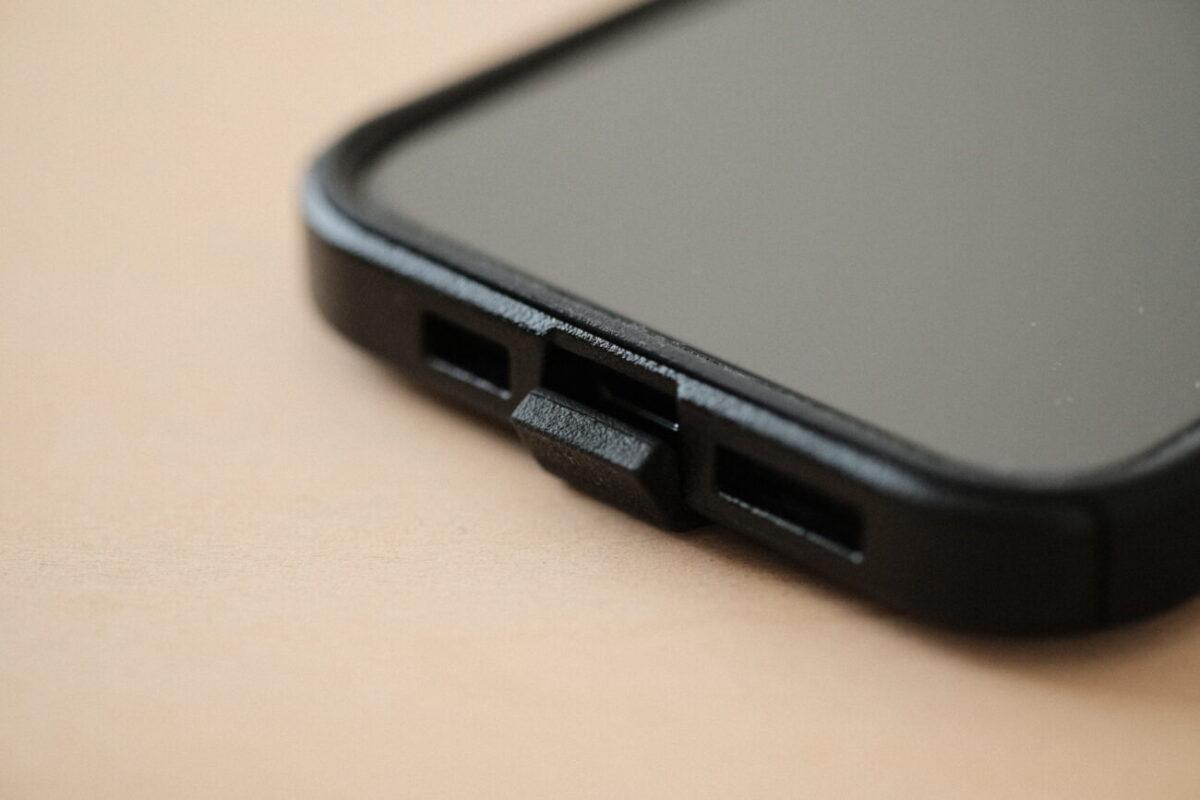 iPhone12用ケース「Commuter(OtterBox)」 Lightningコネクタ部分