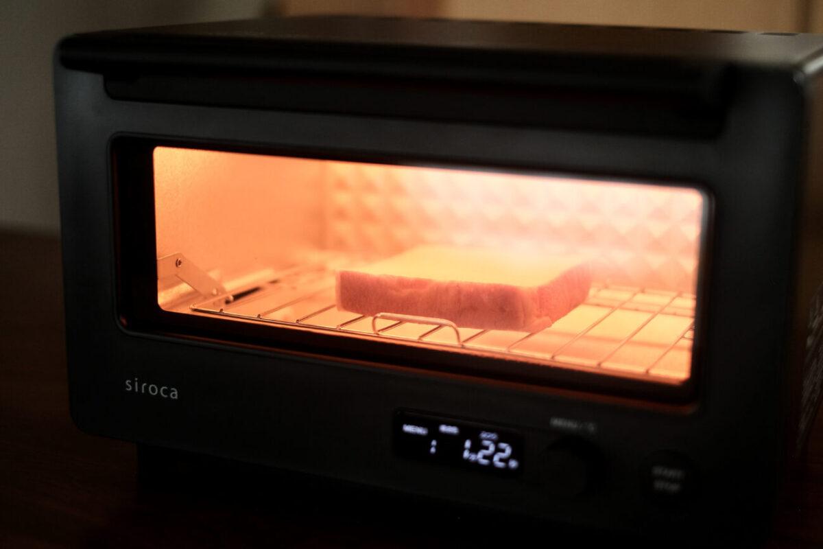 すばやきトースター(シロカ)|トーストを焼いている